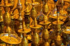 SHARM EL SHEIKH EGYPTEN - JULI 9, 2009 Olika arabiska antikvitetobjekt som visas i ett gammalt, shoppar i basaren Arkivbild