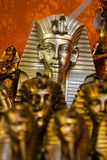 SHARM EL SHEIKH EGYPTEN - JULI 9, 2009 Olika arabiska antikvitetobjekt som visas i ett gammalt, shoppar i basaren Royaltyfri Bild