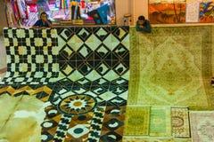 SHARM EL SHEIKH EGYPTEN - JULI 9, 2009 Olika arabiska antikvitetobjekt som visas i ett gammalt, shoppar i basaren Arkivfoto