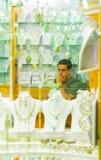 SHARM EL SHEIKH EGYPTEN - JULI 9, 2009 Olika arabiska antikvitetobjekt som visas i ett gammalt, shoppar i basaren Royaltyfria Foton