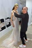 Sharon Przecina dostawać przygotowywający podczas i modeluje Galia Lahav mody tygodnia Bridal wiosny, lata 2017 prezentaci/ Zdjęcie Royalty Free