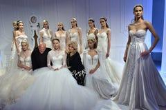 Sharon Przecina podczas, Galia Lahav i model poza Galia Lahav mody tygodnia Bridal wiosny, lata 2017 prezentaci/ Obrazy Stock