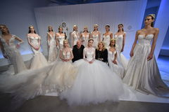 Sharon Przecina podczas, Galia Lahav i model poza Galia Lahav mody tygodnia Bridal wiosny, lata 2017 prezentaci/ Obrazy Royalty Free