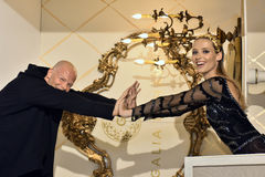Sharon Przecina pozę i modeluje podczas Galia Lahav mody tygodnia Bridal wiosny, lata 2017 prezentaci/ Fotografia Royalty Free
