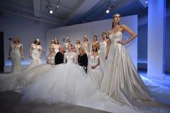 Sharon Sever, Galia Lahav et les modèles posent pendant la présentation 2017 de ressort/été de Galia Lahav Bridal Fashion Week Images stock