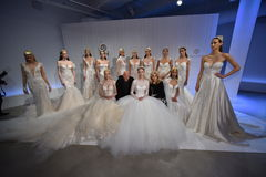 Sharon Sever, Galia Lahav et les modèles posent pendant la présentation 2017 de ressort/été de Galia Lahav Bridal Fashion Week Image stock