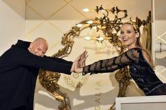 Sharon Sever und Modell werfen während der Galia Lahav Bridal Fashion Week-Frühlings-/-sommerdarstellung 2017 auf Lizenzfreie Stockfotografie