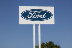 Sharonville - Circa Mei 2017: Ford Logo en signage bij de Sharonville-Transmissieinstallatie Deze die installatie in 1958 VI word Royalty-vrije Stock Afbeelding