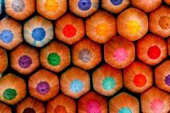 Sharp av den färgrika crayonen för chidren Royaltyfri Bild