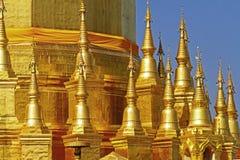 Sharp dourado da arquitetura com céu Fotos de Stock Royalty Free