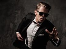 Sharp resistente homem vestido imagem de stock