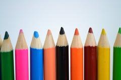 Sharped färbte Bleistifte auf weißem Hintergrund für Kunstzeichnung Stockfotos
