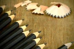 Sharped Zwarte Potloden op houten Achtergrond Stock Foto's