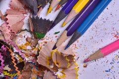 Sharpened покрасило карандаши с shavings и опилк Стоковое Изображение