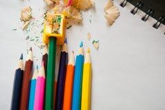 Sharpened a coloré les crayons, l'affûteuse et les copeaux Images libres de droits