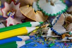 Sharpened coloreó los lápices y las virutas del lápiz Imagen de archivo