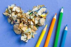 Sharpened coloreó los lápices y las virutas del lápiz en la forma de un corazón Foto de archivo