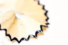 Sharpened corrige los sacapuntas con las virutas en un fondo blanco Fotografía de archivo
