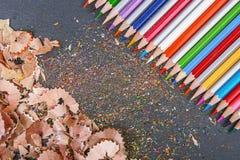 Sharpened färbte Bleistifte auf grauem Hintergrund Lizenzfreies Stockbild