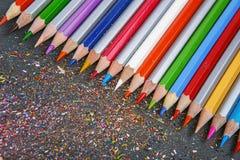 Sharpened färbte Bleistifte auf grauem Hintergrund Stockfotos