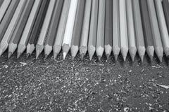Sharpened färbte Bleistifte auf grauem Hintergrund Stockbild