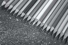 Sharpened färbte Bleistifte auf grauem Hintergrund Lizenzfreie Stockfotografie