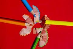Sharpened färgade blyertspennor och hyvelspån Royaltyfri Fotografi