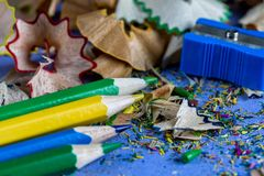Sharpened färgade shavings för blyertspennavässare och blyertspenna royaltyfri fotografi
