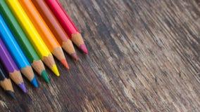 Sharpened ha colorato le matite su un fondo di legno Fotografia Stock Libera da Diritti