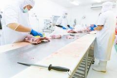 Sharpener μαχαιριών με μια μαύρη λαβή στο εργοστάσιο κρέατος Στοκ Εικόνα