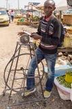 Sharpener μαχαιριών σε μια αγορά προαστίου του Ναϊρόμπι στην Κένυα στοκ εικόνα