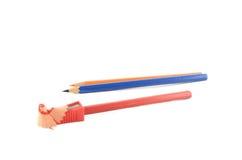 Sharpening lápis coloridos Foto de Stock