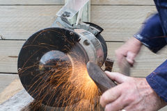 Sharpening um machado Imagem de Stock