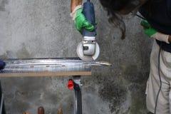 Sharpening uma espada de Katana Imagem de Stock