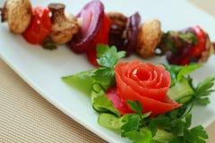 Shashlick från champinjoner och grönsaker Royaltyfri Fotografi