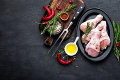 Shashlik为在葱、辣椒和香料的格栅用了卤汁泡 辣烤肉串的未加工的猪肉在黑backgroun的串 免版税库存图片