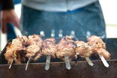 Shashlik,烤在金属串,关闭的肉  免版税库存图片