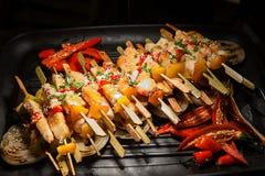 Shashlik приготовления на гриле на гриле барбекю, только свинине Официальныйо обед, барбекю и свинина жаркого на ноче стоковое фото rf