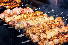 Shashlik adobado que se prepara en una parrilla de la barbacoa sobre el carbón de leña Shashlik o kebab popular en Europa Orienta Fotografía de archivo