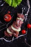 Shashlik asado a la parrilla con las cebollas, tomates Foto de archivo