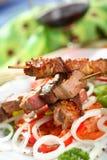Shashlik avec les légumes frais Photographie stock libre de droits