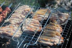 Shashlik chargrilled juteux délicieux ou viande marinée sur le barbecue de gril sur le gril de barbecue, vue d'en haut, plan rapp photos libres de droits