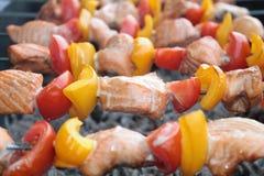 Shashlik con il salmone, il pepe ed il pomodoro Fotografia Stock Libera da Diritti