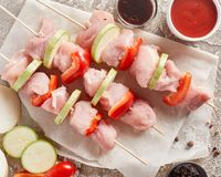 Shashlik crudo de la carne del pollo - pinchos de madera con pimienta y Zucch imagen de archivo libre de regalías