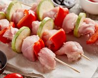 Shashlik crudo de la carne del pollo - pinchos de madera con pimienta y Zucch imágenes de archivo libres de regalías