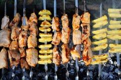 Shashlik - cucinare barbecue Fotografie Stock Libere da Diritti
