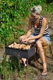 Shashlik - cucinare barbecue Immagini Stock Libere da Diritti