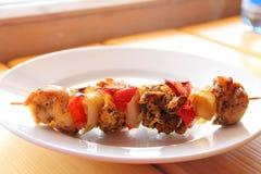 Shashlik de blanc de poulet avec des légumes Image libre de droits