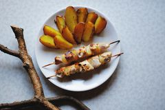 Shashlik e patate fritte Immagine Stock