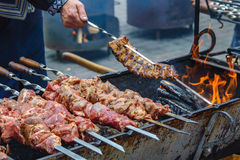 Shashlik et nervures sur le brasero Photo stock